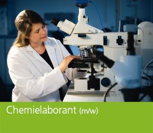 """<img class=""""alignnone wp-image-471 size-full"""" src=""""https://berufsstart.louisenthal.de/wp-content/uploads/2016/01/header_chemielaborant.jpg"""" width=""""944"""" height=""""359"""" /> <h1><span style=""""color: #ffffff;""""><strong>Chemielaborant</strong> (m/w)</span></h1>   [cols]  [col class=""""2/3""""]  <span style=""""color: #ffffff;""""><strong>Du hast eine Leidenschaft für die Chemie und suchst eine nicht alltägliche Ausbildung? Dann bist du hier richtig. Chemielaborant (m/w) ist ein anspruchsvoller Beruf, der Präzision und Beobachtungsgabe erfordert.</strong></span>  <span style=""""color: #ffffff;"""">Chemielaboranten (m/w) sind hoch qualifizierte Fachkräfte für ein Berufsbild mit Zukunft. In dieser Ausbildung erhältst du das Rüstzeug, um in chemischen Labors täglich neuen Aufgaben und Herausforderungen gewachsen zu sein. Titrieren, analysieren, dekantieren, Redoxgleichungen, Gravimetrie – all diese Begriffe sind für dich bald keine Fremdworte mehr. Du erlernst präzises Arbeiten, genaues Beobachten, Verständnis für chemische Vorgänge und physikalische Mess- und Untersuchungsverfahren. </span>  <span style=""""color: #ffffff;"""">Die Ausbildung erfolgt im Labor für Forschung und Entwicklung. Darüber hinaus lernst du im Betrieb die Abteilungen Technologie, Qualitätssicherung und wesentliche Bereiche der Produktion näher kennen. Die Arbeit im Labor erfordert ein hohes Maß an Teamfähigkeit, Verantwortungsbewusstsein, Engagement und Kreativität. Nach der Ausbildung eröffnen zahlreiche Fort- und Weiterbildungsmaßnahmen gute Karrierechancen bis hin zur Fachhochschulreife und zum Studium.</span> <h4><span style=""""color: #ffffff;"""">Dein Profil:</span></h4> <span style=""""color: #ffffff;"""">• schnelle Auffassungsgabe</span> <span style=""""color: #ffffff;""""> • Teamgeist und Lernwille</span> <span style=""""color: #ffffff;""""> • präzise und saubere Arbeitsweise</span> <span style=""""color: #ffffff;""""> • gute Kenntnisse in naturwissenschaftlichen Fächern</span> <span style=""""color: #ffffff;""""> • besondere Leidenschaft für Chemie</spa"""
