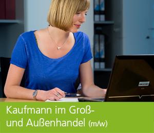 """<img class=""""alignnone wp-image-462 size-full"""" src=""""https://berufsstart.louisenthal.de/wp-content/uploads/2016/04/header_kaufmann_gross_aussenhandel-1.jpg"""" width=""""944"""" height=""""359"""" /> <h1><span style=""""color: #ffffff;""""><strong>Kaufmann im Groß- und Außenhandel</strong> (m/w)</span></h1>   [cols]  [col class=""""2/3""""]  <span style=""""color: #ffffff;""""><strong>Du organisierst gerne und behältst selbst in stressigen Situationen einen kühlen Kopf? Dann ist der Kaufmann im Groß- und Außenhandel (m/w) genau das richtige Berufsbild für dich.</strong></span>  <span style=""""color: #ffffff;"""">Schließlich sorgst du dafür, dass unsere Produkte rechtzeitig und sicher bei unseren Kunden ankommen. Dabei lernst du die relevanten Außenwirtschafts- und Zollrechtsbestimmungen kennen, schließt internationale Transportverträge ab und schreibst - z.T. auch fremdsprachige - Rechnungen, Lieferscheine und Versandpapiere. Außerdem gehört die Abwicklung von Zollformalitäten dazu. Die Arbeit am Computer mit einschlägiger Software ist bei dieser Tätigkeit ebenso selbstverständlich wie der Einsatz modernster Logistiksysteme. Als Kaufmann im Groß- und Außenhandel (m/w) musst du flexibel, selbstständig und problemorientiert arbeiten. Nach der Ausbildung eröffnen zahlreiche Fort- und Weiterbildungsmaßnahmen gute Karrierechancen – denn die Kaufleute im Groß- und Außenhandel sind gefragte Spezialisten</span> <h4><span style=""""color: #ffffff;"""">Dein Profil:</span></h4> <span style=""""color: #000000;""""><span style=""""color: #ffffff;"""">• Interesse an kaufmännischen Aufgabenstellungen</span> <span style=""""color: #ffffff;""""> • Interesse an wirtschaftlichen Zusammenhängen</span> <span style=""""color: #ffffff;""""> • Organisationstalent</span> <span style=""""color: #ffffff;""""> • gute Englischkenntnisse</span> <span style=""""color: #ffffff;""""> • Spaß am Umgang mit der EDV</span> <span style=""""color: #ffffff;""""> • selbstständiges und verantwortungsbewusstes Handeln</span> <span style=""""color: #ffffff;""""> • Teamgeist und Engagement</span> </spa"""